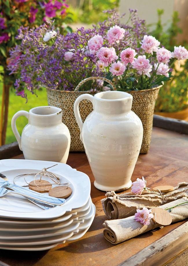 Korsó és virágok asztaldekoráció