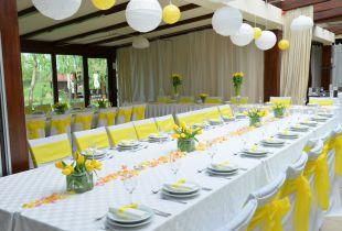 Sárga és fehér eskövő dekoráció