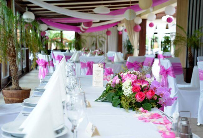 Pink és rózsaszínű esküvői dekoráció