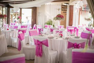 Fehér és rózsaszín esküvő dekoráció