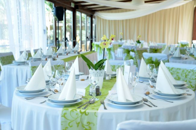 Világoszöld lime, almazöld asztali dekoráció esküvőre
