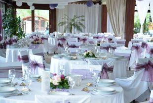 Lila és fehér esküvői dekoráció