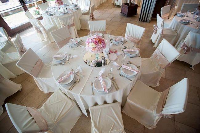 Asztaldekoráció világos színekkel