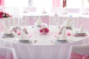 Rózsaszín asztaldekoráció
