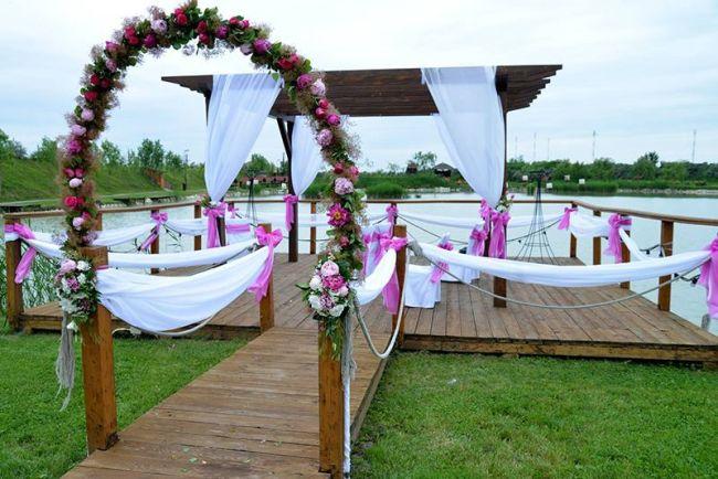 Esküvői dekoráció kültéren szabad téren