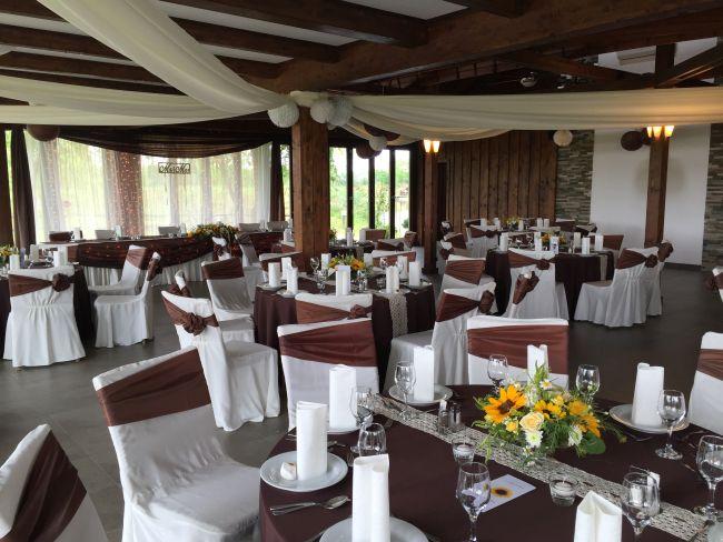 Gyönyörű asztaldekoráció esküvőn