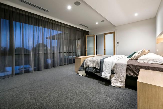 Tágas hálószoba szőnyegpadlóval