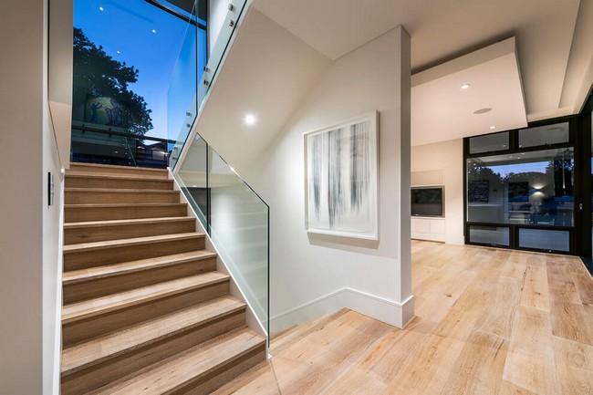 Beltéri lépcső faburkolattal