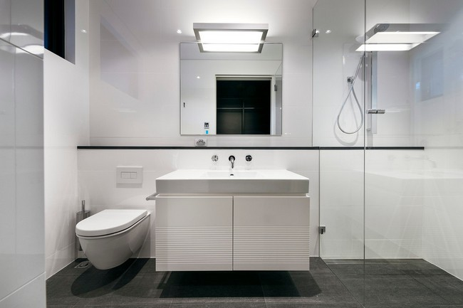 Fehér modern fürdőszoba bútor