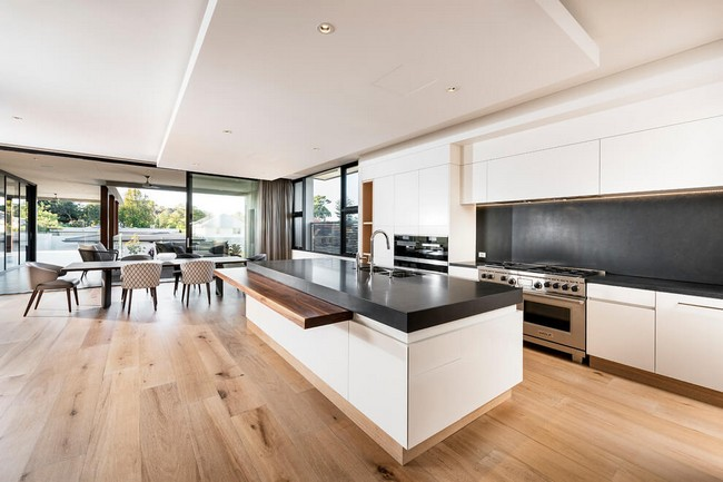 Modern fehér konyha és natúr parketta színek