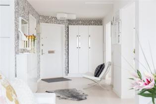 Csajos lakás feketében és fehérben, pasztell színű lakberendezési kiegészítőkkel