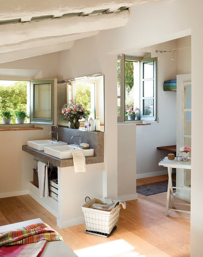 Nyitott térben épített fürdőszoba és mosdópult