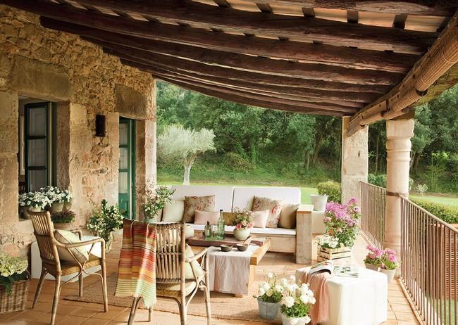 Mediterrán veranda kanapéval rattan székekkel