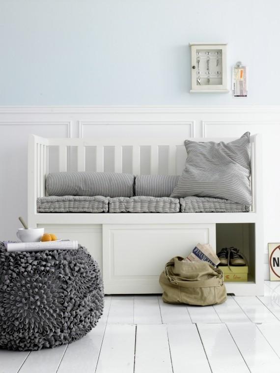 Fehér előszoba és fehér pad
