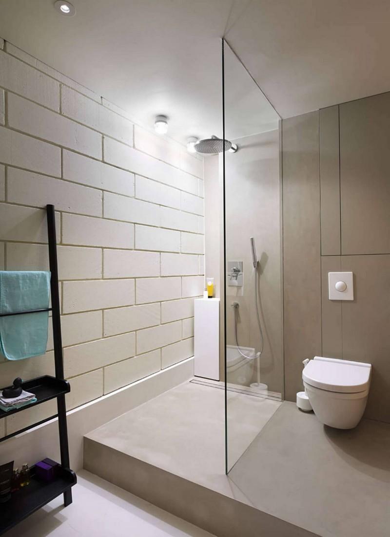 Minimál fürdőszoba üvegfalú zuhanyzóval