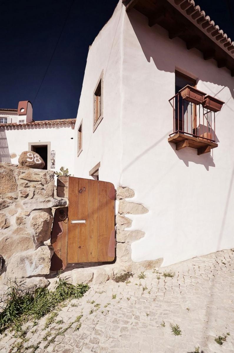 Régi portugál kőház fehérre festett fallal fakapu