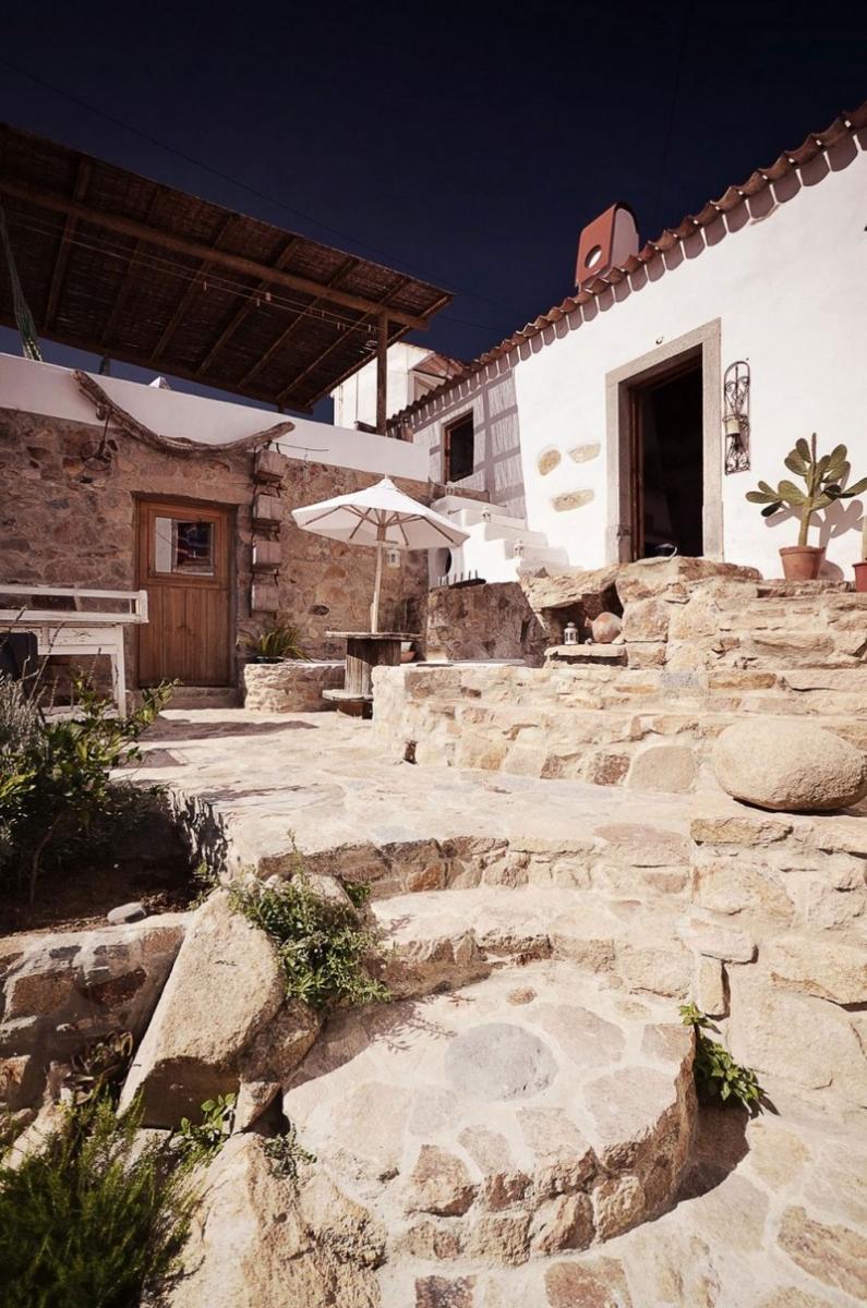 Kőház kővel kirakott udvara