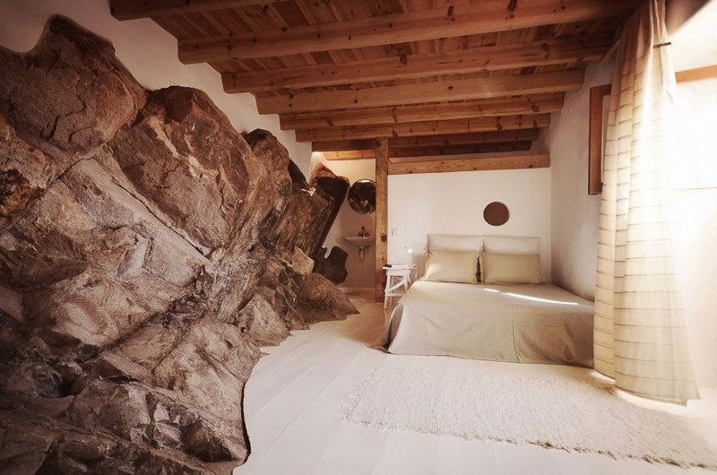 Kősziklák ölelésében valódi kőburkolat a hálószobában