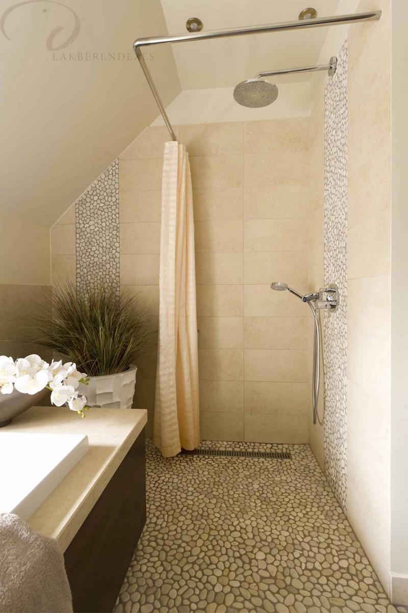 Nagy Rita lakberendező győr d-stúdió - kavicsburkolat a zuhanyzóban