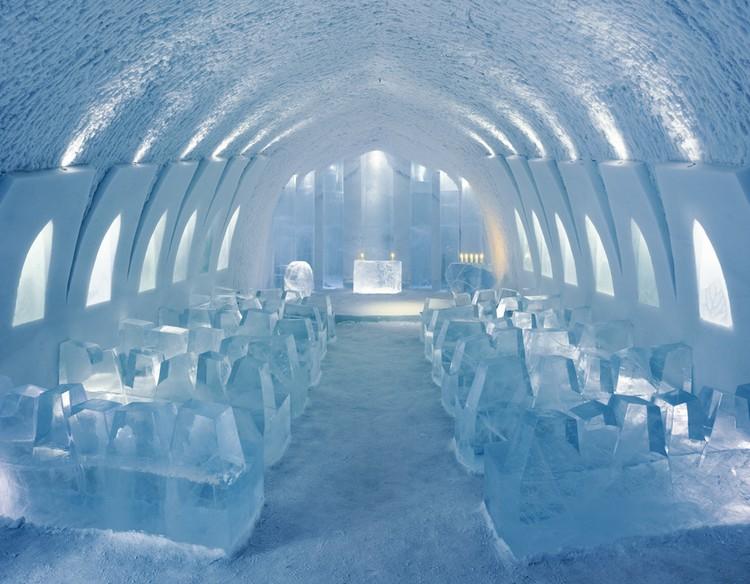Jégtömbökből faragott templom
