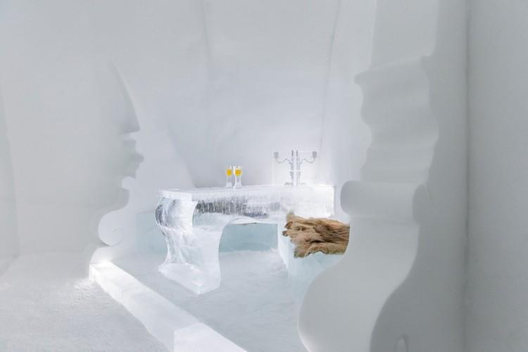 Jégből készült asztal és pad a jéghotelben
