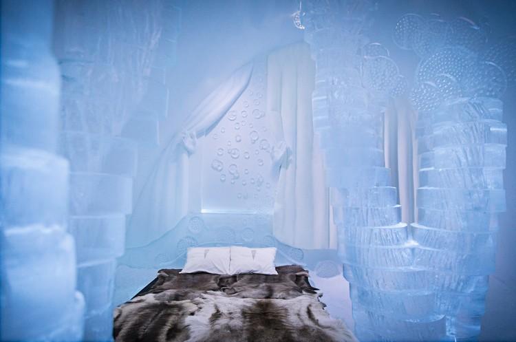 Aprólékosan faragott jégszobor a szállodai szobában