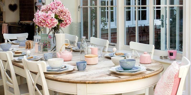 Rose Quartz és Serenity Blue az étkezőasztal dekorelemei