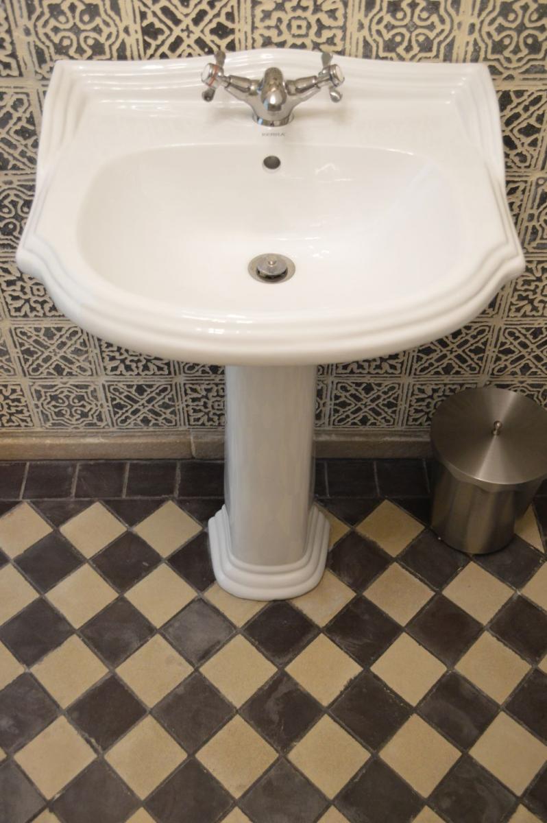 Otti falburkolat rusztikus fürdőszobai
