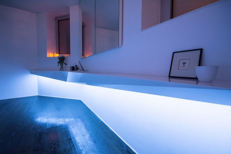 Kék led világítás fürdőszobában