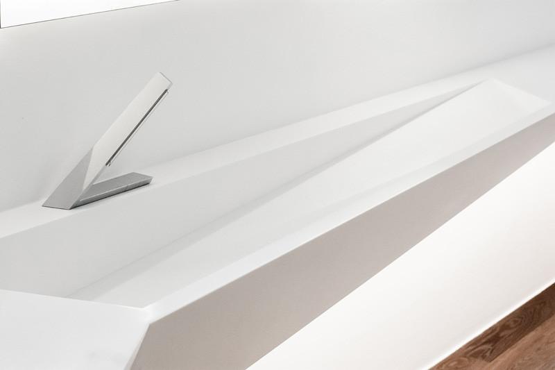 Corian mosdó fehér és asszimmetrikus csaptelep