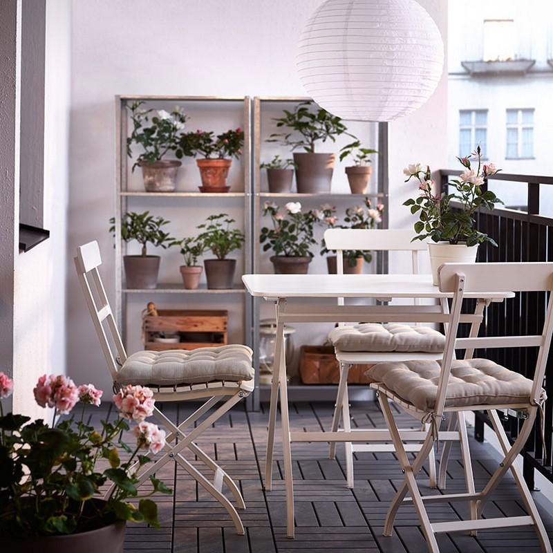 Kaspók, élő növények, puha párnák, és egy lámpa IKEA