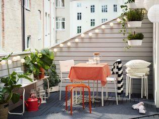 Praktikus IKEA kültéri bútorok és ötletek kis alapterületű erkélyre és teraszra