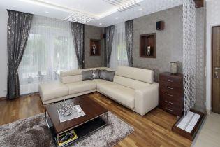 Természetes kőburkolatok és különleges üvegfüggönyök egysége két nőies otthonban