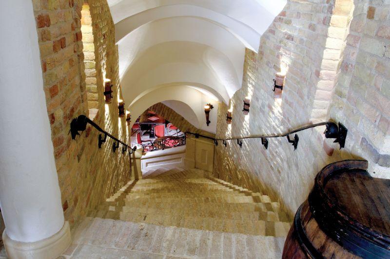 Rusztikus kőburkolat, lépcső borospincéhez