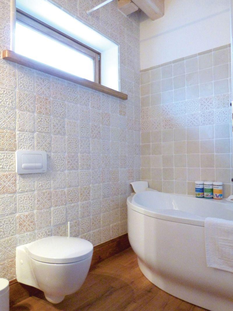 Klasszikus falburkolat fürdőszobába