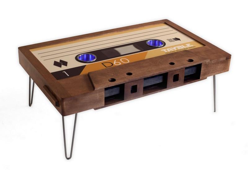 Szalagos retró kazetta kávézóasztal ötlet pácolt fából