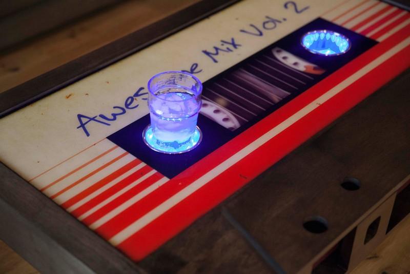 Szalagos retró kazetta kávézóasztal ötlet led világítással