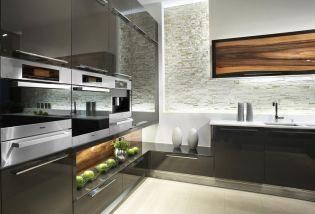 Stílusos és modern konyhabútorok, beton helyett fával kombinálva