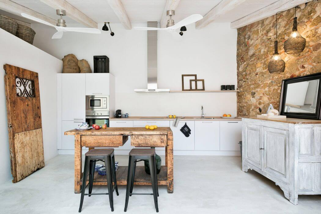 Katalóniai házfelújítás kevert stílusú lakberendezéssel, medencés verandával