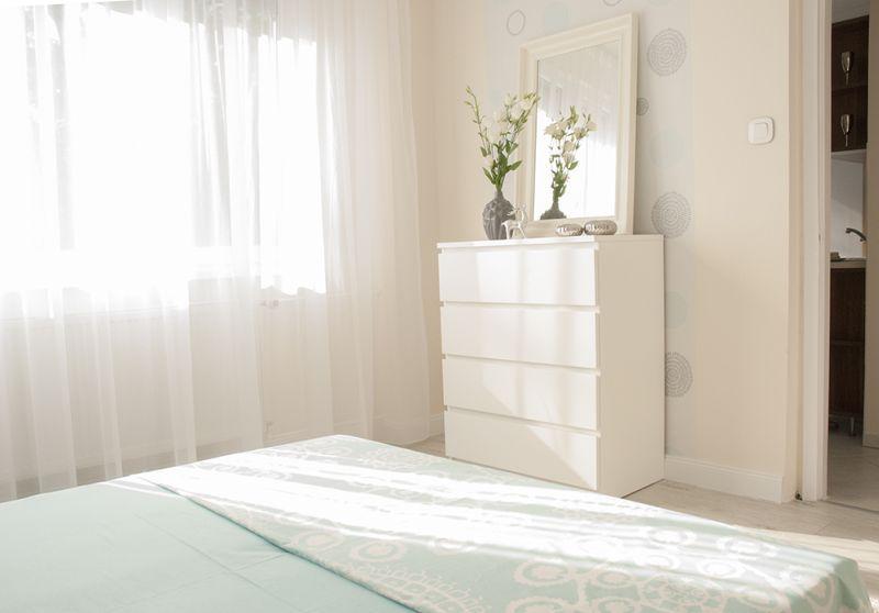Ikea komód a fehér hálószobában