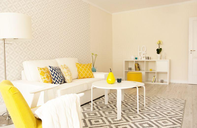 Home Staging sárgás nappali fehér falakkal