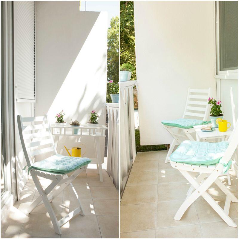 Megújult erkély fehér összecsukható székekkel