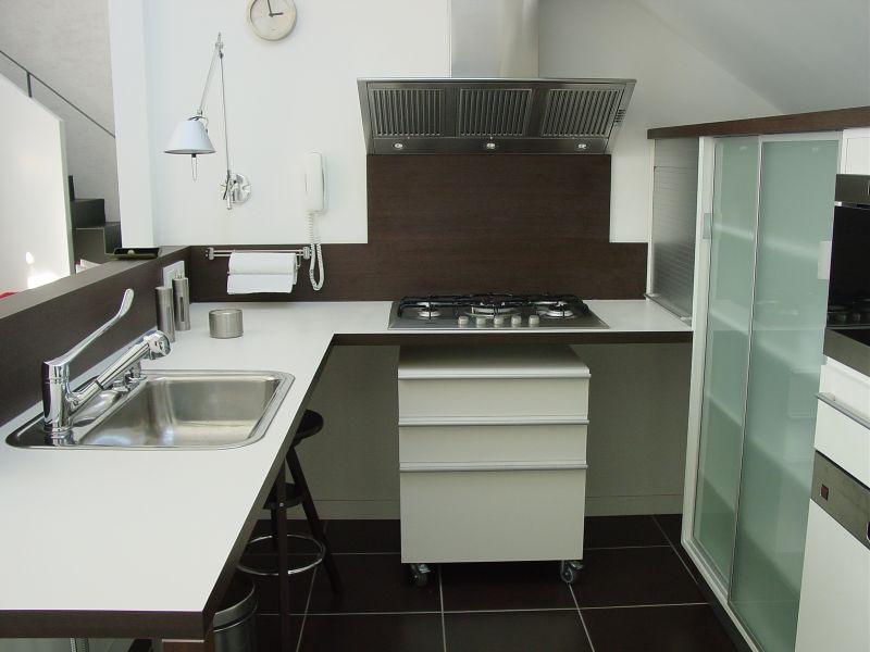 Egyedi konyha gurulós fiókkal Lókai Teréz lakberendező