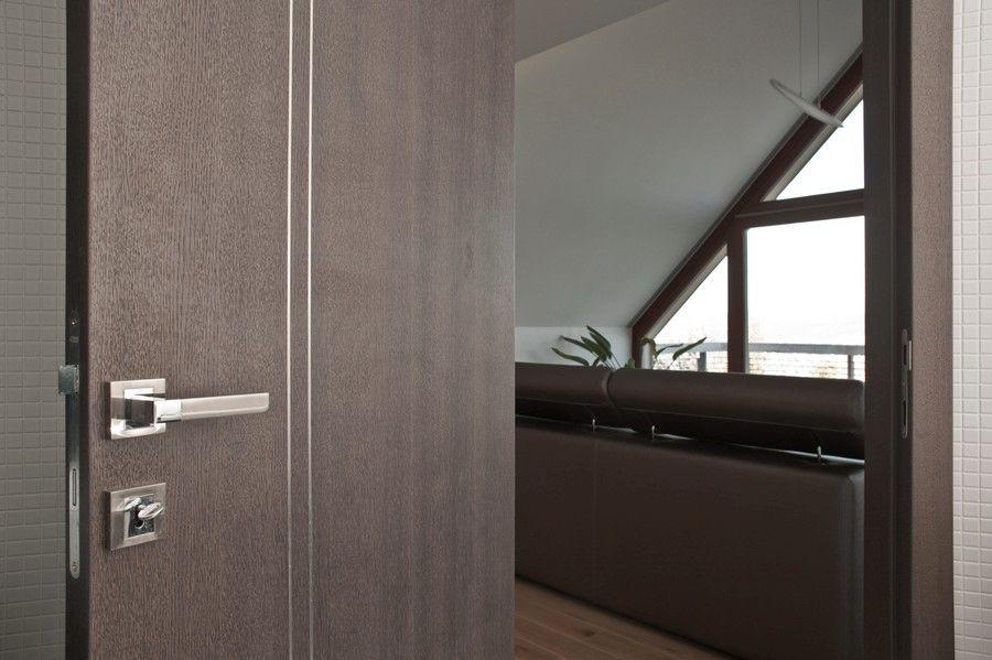 Ajtóház egyedi ajtó modern kilincssel