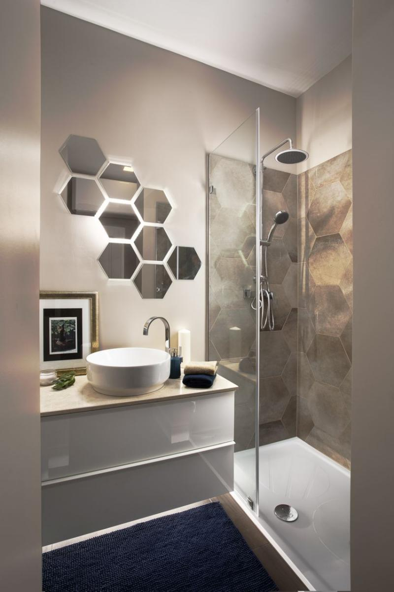 Szakos Andrea lakberendező hatszögletű burkolat és tükör fürdőszobában