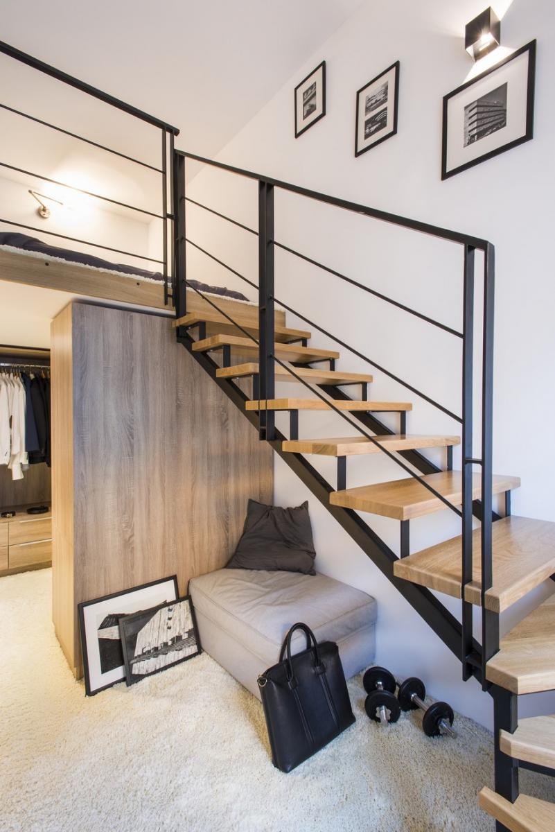 Finom fémszerkezetes egyedi tervezésű lépcső