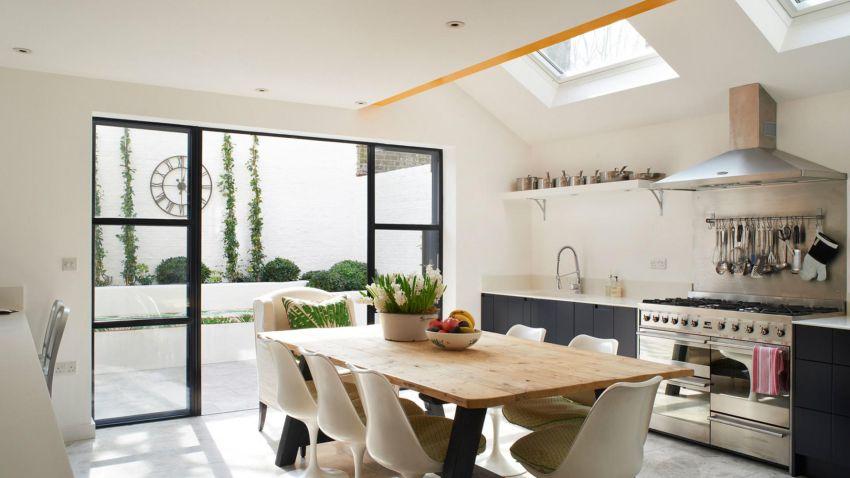 Modern konyha fekete frontokkal élő virágokkal
