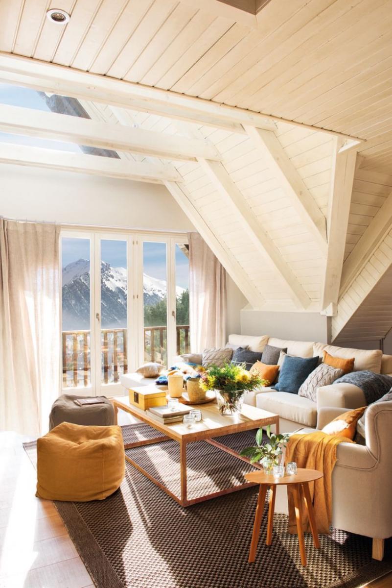 Tetőtéri nappali fehérre festett faburkolattal