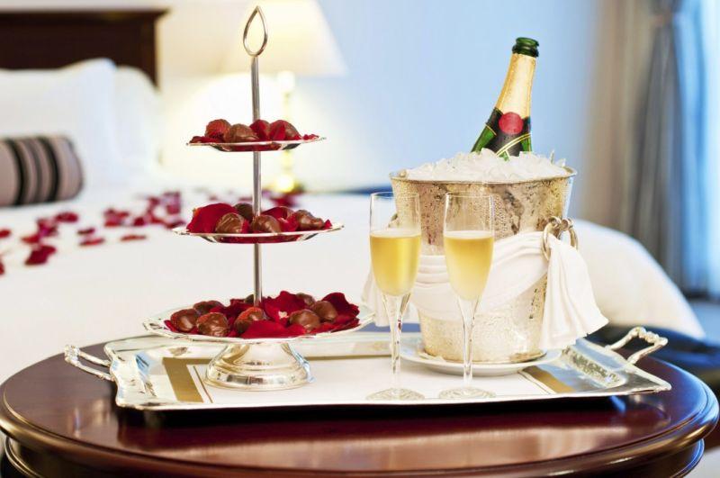 Valentin napi pezsgő az ágy mellett