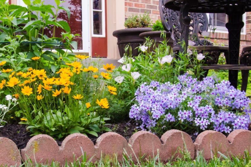 Kiskert virágokkal előkert